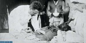 Врач вводит заражённому чумой лекарство, Карачи, 1897 год.